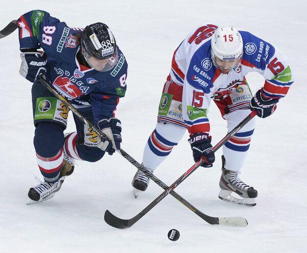 Хоккеисты ХК Торпедо Роман Людучин (слева) и ХК Лев Джастин Азеведу