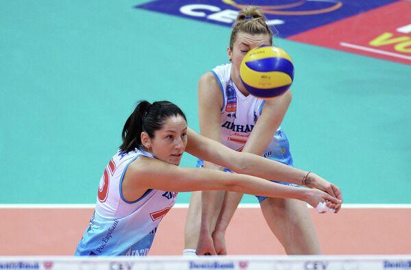 Игроки ЖВК Динамо Татьяна Кошелева и Марина Марченко (слева направо)