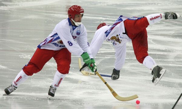 Александр Тюкавин (слева)