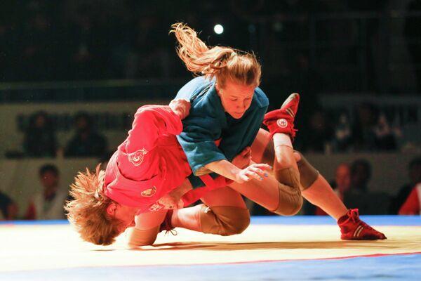 Россиянка Анастасия Шинкаренко (в синем) проводит прием в финале этапа Кубка мира по самбо