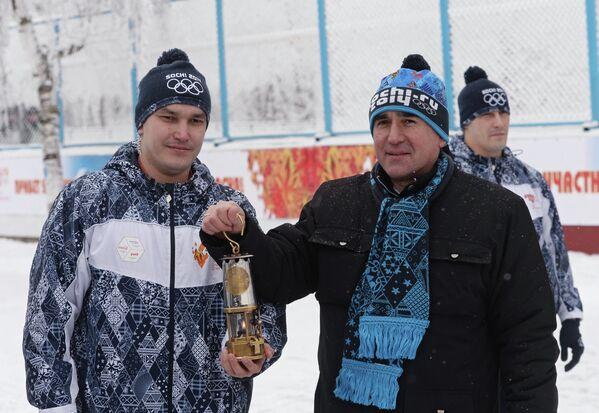 Исполняющий обязанности главы администрации города Нальчик Игорь Кладько встречает олимпийский огонь во время эстафеты Олимпийского огня в Нальчике