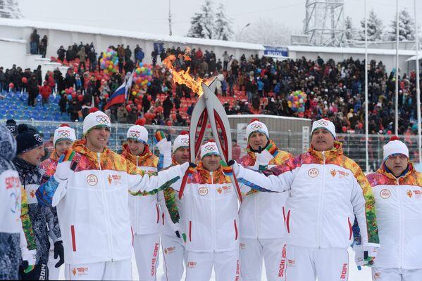 Факелоносцы Алим Хульчаев (слева, на первом плане) и Юрий Апанасов (справа, на первом плане) во время эстафеты олимпийского огня в Нальчике
