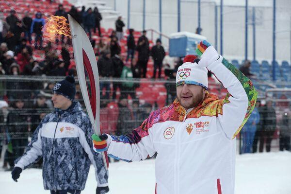 Чемпион мира, призёр Олимпийских игр по тяжелой атлетике Хаджимурат Аккаев во время эстафеты олимпийского огня в Нальчике