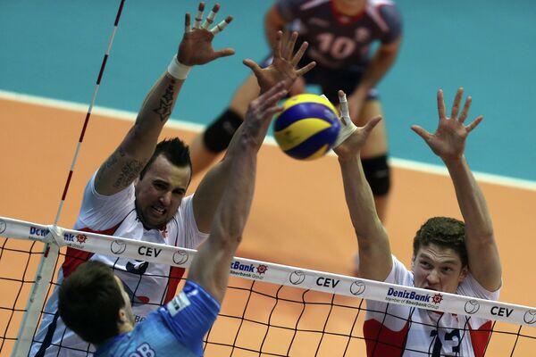 Игроки ВК Белогорье Георг Грозер (слева), Дмитрий Мусэрский (справа) и диагональный ВК Динамо Павел Круглов