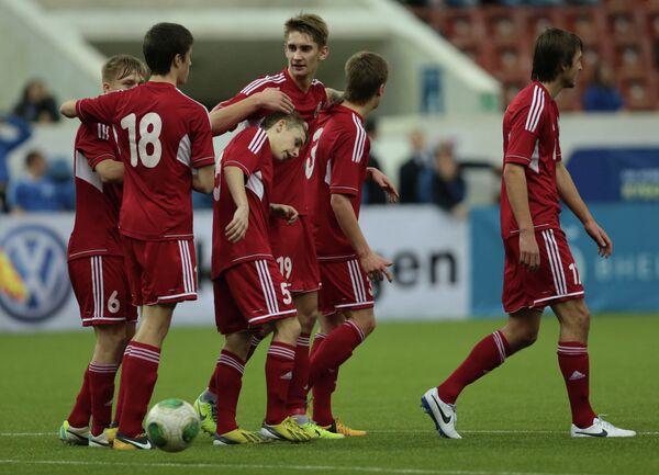 Футболисты сборной Белоруссии радуются забитому мячу на Кубке Содружества
