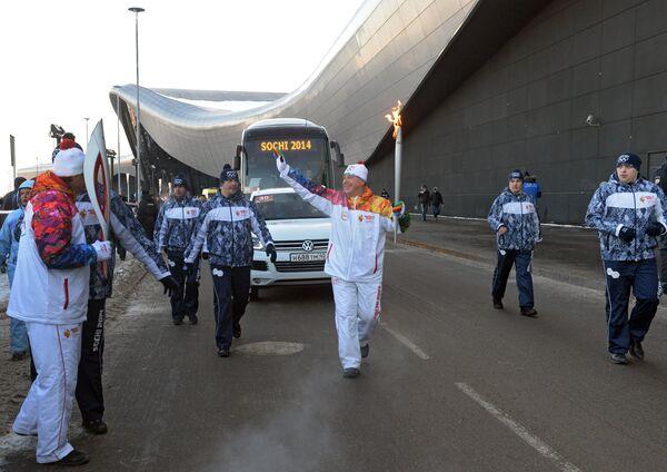 Председатель краснодарского краевого отделения Русского географического общества Иван Чайка (в центре) во время эстафеты олимпийского огня в Краснодаре