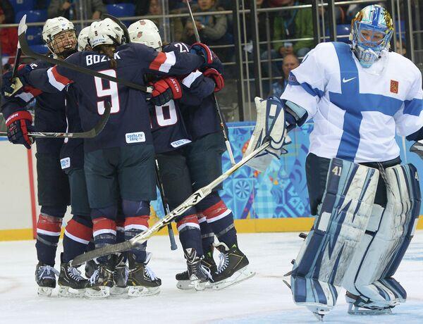 Хоккеистки сборной США (слева)