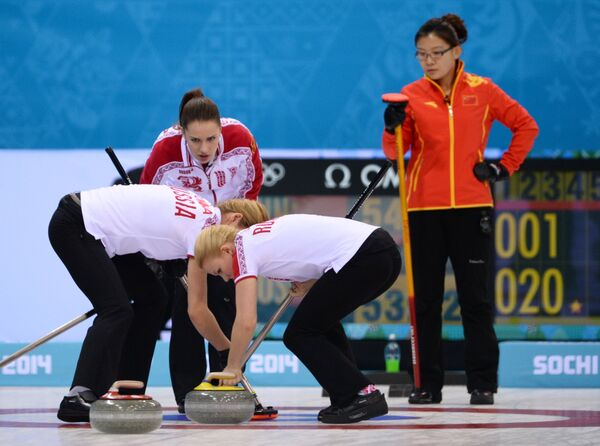 Ван Бинъюй (справа) и керлингистки сборной России