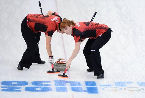 Керлингистки сборной Канады Джилл Оффисер и Доун Макюэн (слева направо)