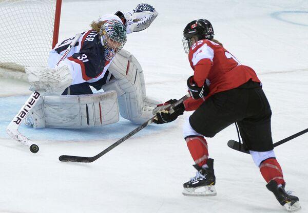 Хейли Викенхайзер (Канада) забивает гол в ворота Джессики Веттер (США)