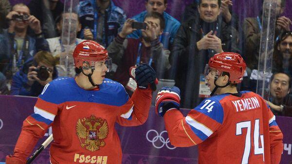 Хоккеисты сборной России Евгений Малкин и Алексей Емелин радуются забитому голу