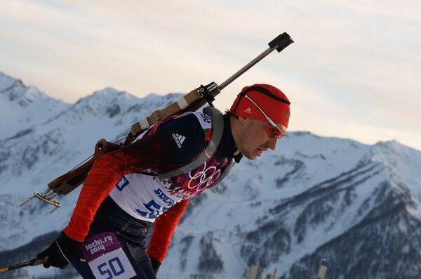Александр Логинов (Россия) на дистанции индивидуальной гонки в соревнованиях по биатлону среди мужчин