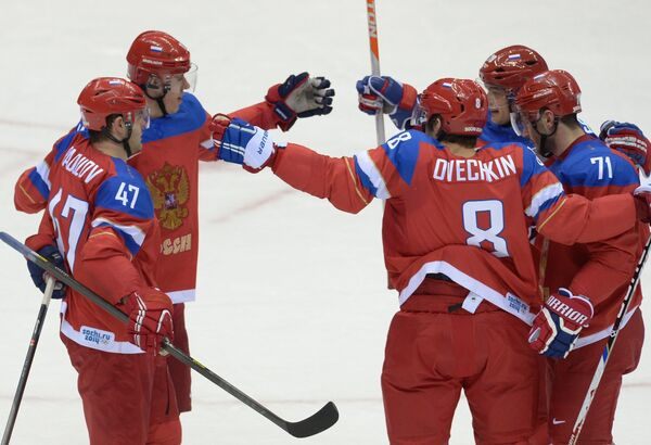 Хоккеисты сборной России радуются заброшенной шайбе в ворота сборной Словении