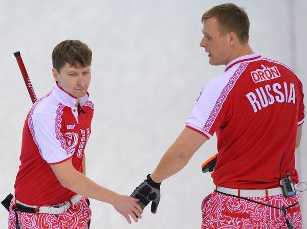 Российские керлингисты Андрей Дроздов и Петр Дрон (слева направо)