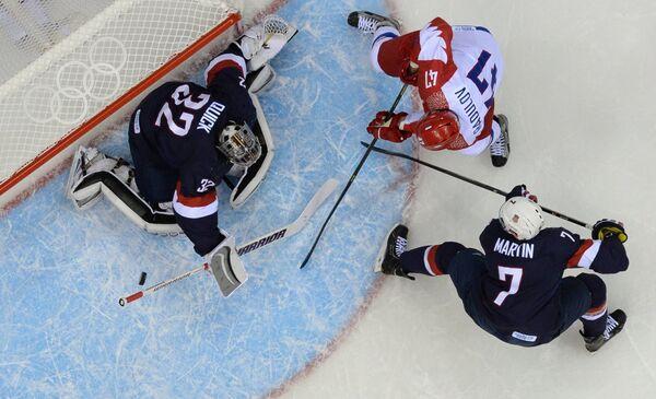 Форвард россиян Александр Радулов атакует ворота голкипера США Джонатана Куика. Справа - защитник сборной США Пол Мартин