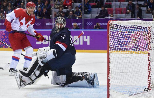 Форвард российской сборной Павел Дацюк (слева) радуется заброшенной шайбе в ворота голкипера американцев Джонатана Куика