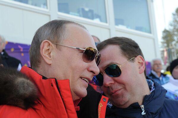 Президент России Владимир Путин (слева) и председатель правительства России Дмитрий Медведев