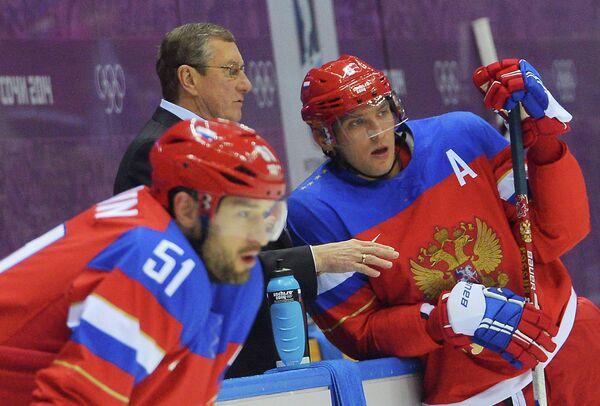 Слева направо: Федор Тютин, тренер Валерий Белоусов и Александр Овечкин (Россия)