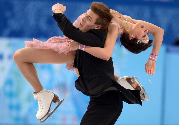 Елена Ильиных и Никита Кацалапов (Россия) выступают в короткой программе танцев на льду