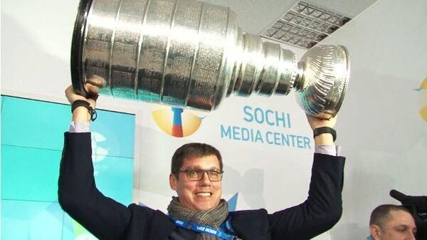 Обладатели Кубка Стенли показали журналистам главный приз НХЛ