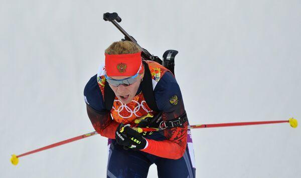 Ольга Зайцева (Россия) на дистанции эстафетной гонки в соревнованиях по биатлону