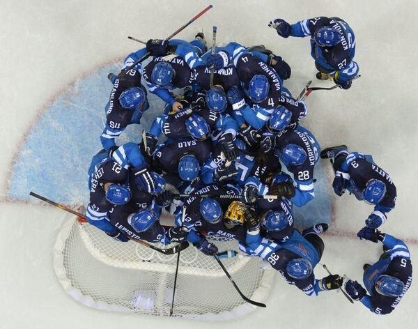 Финские хоккеисты радуются победе в четвертьфинальном матче над сборной России