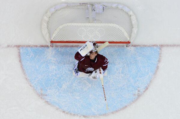 Вратарь Кристерс Гудлевскис (Латвия) в четвертьфинальном матче между сборными командами Канады и Латвии