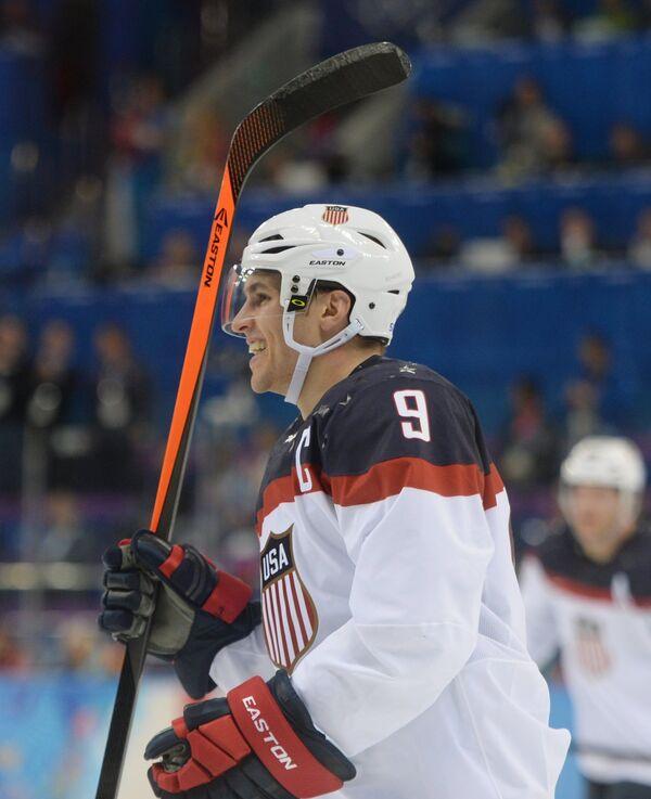 Игрок сборной США Зак Паризе радуется своему забитому голу в четвертьфинальном матче между сборными командами США и Чехии