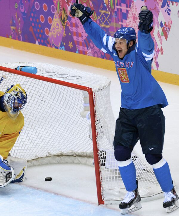 Форвард сборной Финляндии Олли Йокинен радуется заброшенной шайбе в ворота шведов