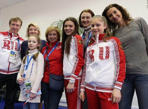Российские фигуристки Аделина Сотникова и Юлия Липницкая ( пятая и седьмая в первом ряду)