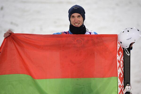 Антон Кушнир (Белоруссия), завоевавший золотую медаль в лыжной акробатике во время соревнований по фристайлу