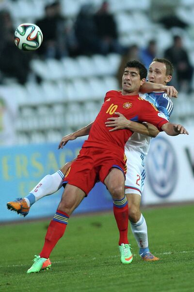 Нападающий сборной Армении Геворг Казарян (слева) и защитник сборной России Алексей Козлов