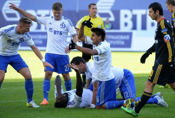 Защитник Динамо Кристофер Самба (в центре) получает травму