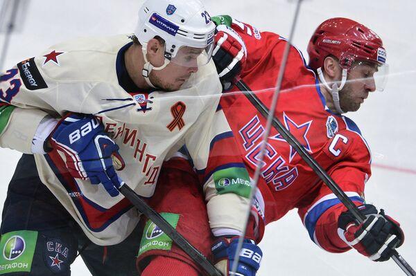 Нападающий ЦСКА Алексей Морозов (справа) и нападающий СКА Алексей Поникаровский