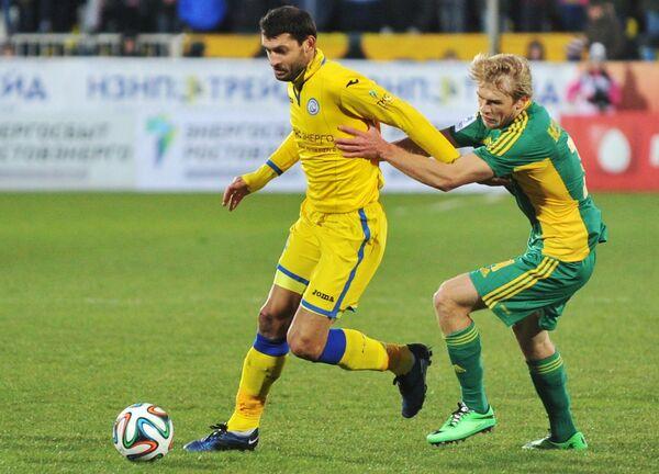 Полузащитник Ростова Александр Гацкан (слева) и полузащитник Кубани Никита Безлихотнов