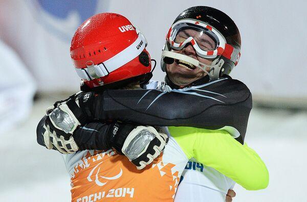 Валерий Редкозубов (Россия) и ведущий Евгений Героев (слева)