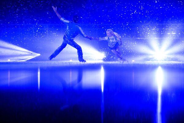 Российские фигуристы Татьяна Тотьмянина и Максим Маринин выступают на гала-концерте по фигурному катанию Мы - Чемпионы! в Сочи в поддержку Паралимпийского движения