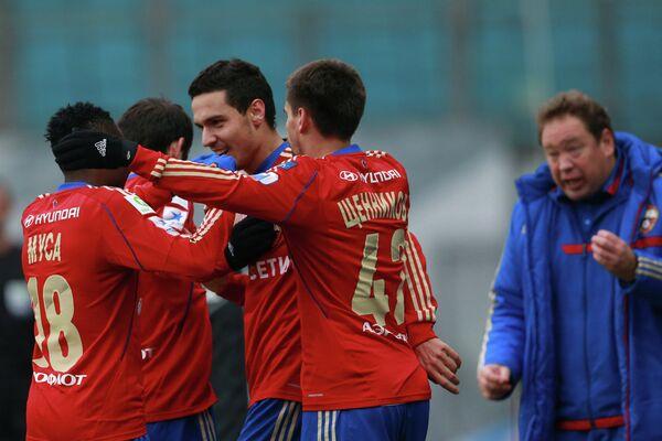 Футболисты ЦСКА и главный тренер Леонид Слуцкий (справа) радуются забитому голу в в ворота Зенита