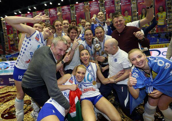 Волейболистки Динамо-Казань, завоевавшие золотые медали, на церемонии награждения после окончания финального матча женской Лиги чемпионов