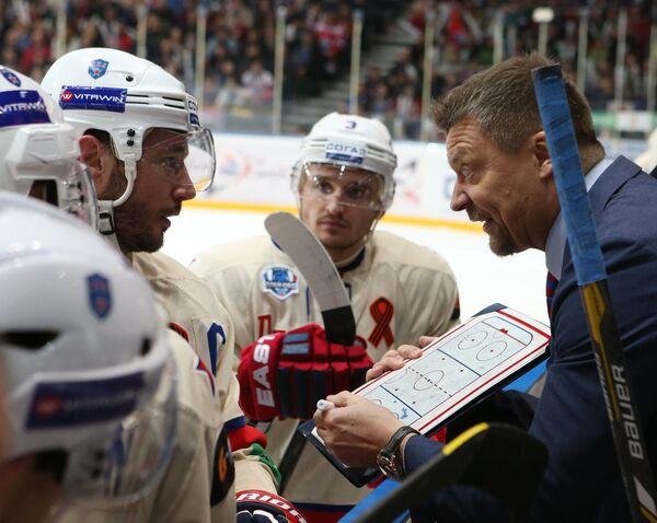 Хоккеисты СКА Илья Ковальчук и Динар Хафизуллин и главный тренер СКА Юкка Ялонен (слева направо)