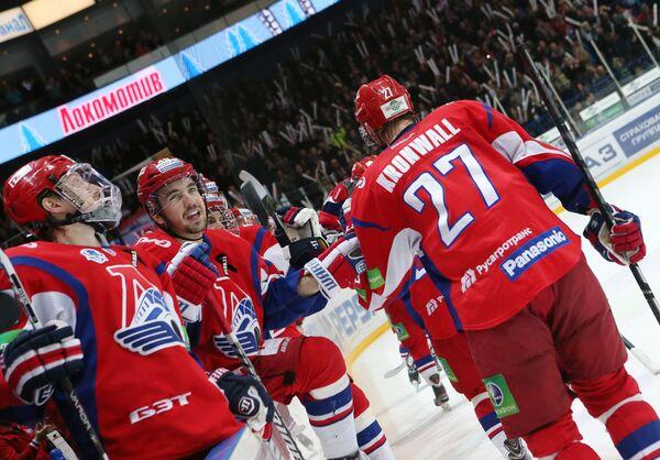Хоккеисты Локомотива радуются заброшенной шайбе в ворота СКА