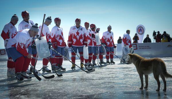 Игроки сборной звезд отечественного хоккея перед началом матча-акции Ночной Хоккейной Лиги Байкал – территория НХЛ