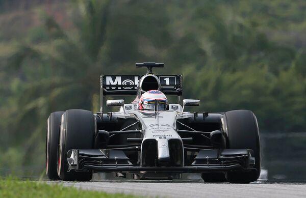 Британский автогонщик Дженсон Баттон на дистанции Гран-при Малайзии