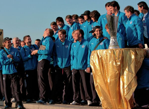 Команду Зенит с кубком УЕФА встретили в Санкт-Петербурге