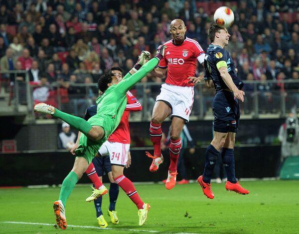 Защитник Луизао (слева в прыжке)
