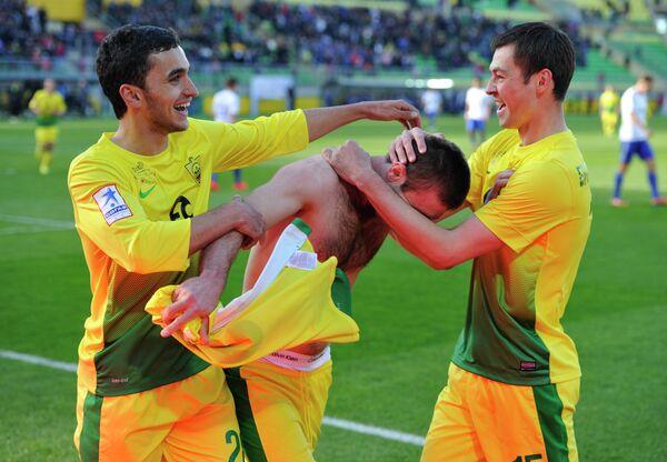 Футболисты Анжи радуются победе в матче с Динамо