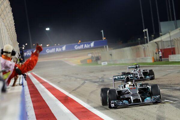 Пилоты Мерседеса Льюис Хэмилтон и Нико Росберг (слева направо) на финише Гран-при Бахрейна