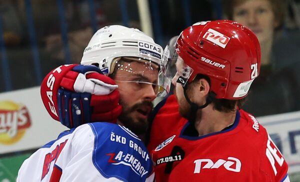 Нападающий Льва Михал Ржепик (слева) и нападающий Локомотива Юрий Петров