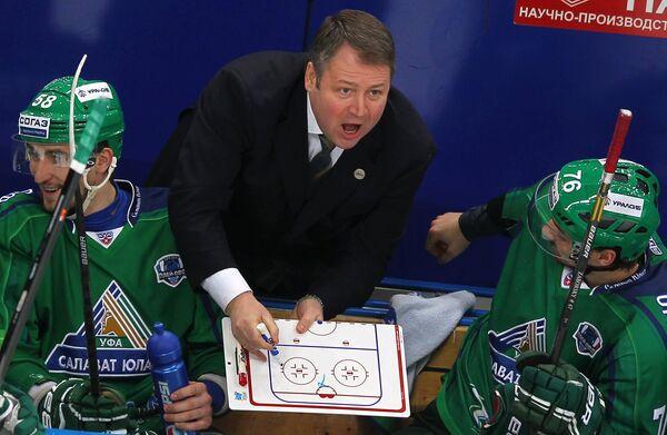 Главный тренер ХК Салават Юлаев Владимир Юрзинов (в центре) дает указания игрокам в матче против магнитогорского Металлурга