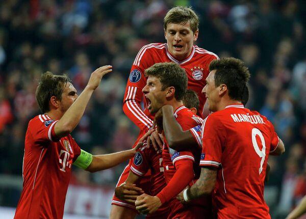 Футболисты Баварии Филипп Лам, Томас Мюллер, Тони Кроос и Марио Манджукич (слева направо) радуются забитому мячу в ворота Манчестер Юнайтед